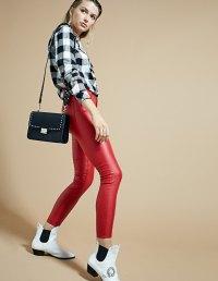 https://www.stradivarius.com/be/femme/v%C3%AAtements/shorts/pantalon-taille-haute-lam%C3%A9-c1390586p300324071.html?colorId=100