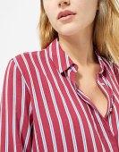 https://www.stradivarius.com/be/femme/v%C3%AAtements/chemises/afficher-tout/chemise-ray%C3%A9e-%C3%A0-manches-trois-quarts-c1718502p300347014.html?colorId=150