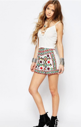http://www.asos.fr/glamorous/glamorous-short-taille-haute-orne-de-broderies-style-festival/prd/6281222/?clr=ornementsblancs&SearchQuery=broderie