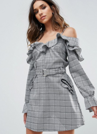 http://www.asos.fr/missguided/missguided-robe-a-carreaux-volantee-a-epaules-nues/prd/8591935?clr=gris&SearchQuery=robe+%c3%a0+carreaux&pgesize=36&pge=0&totalstyles=271&gridsize=3&gridrow=1&gridcolumn=1
