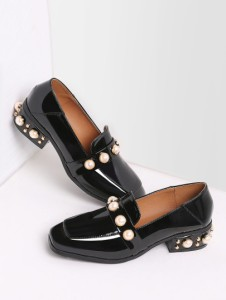 http://fr.shein.com/Black-Pearl-Studded-Patent-Leather-Low-Heel-Loafers-p-340727-cat-1881.html