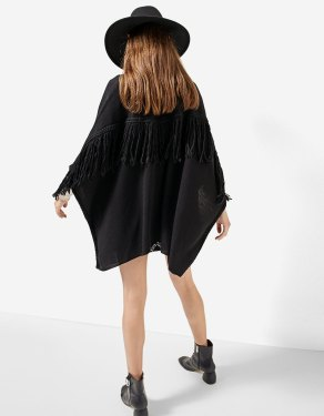 https://www.stradivarius.com/be/femme/v%C3%AAtements/tricots/afficher-tout/cape-franges-c1718564p300390522.html?colorId=001