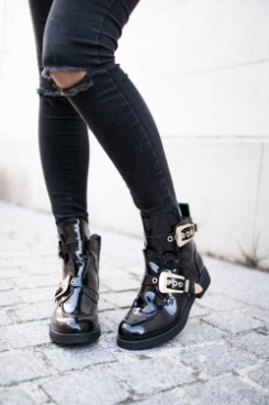 https://prettywire.fr/chaussures/2995278-bottines-houston-vernies-noires-sangles-dorees.html