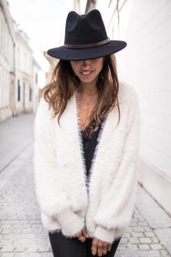 https://prettywire.fr/mode-et-tendances/2995151-gilet-tout-doux-beige-a-perles.html