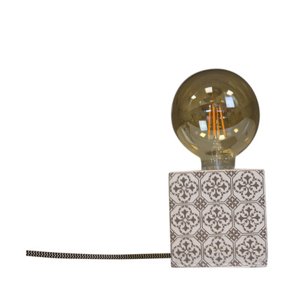 https://www.vente-exclusive.com/fr-BE/vinga-of-sweden-housevitamin-qs21151#/d/lampe-de-table-lighten-up-taupe-10x10-cm/4929378